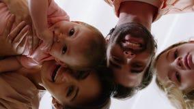 Família de sorriso que olha a câmera video estoque