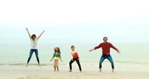 Família de sorriso que salta junto vídeos de arquivo