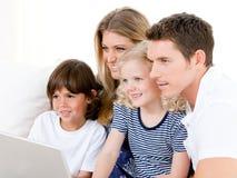 Família de sorriso que surfa no Internet imagens de stock