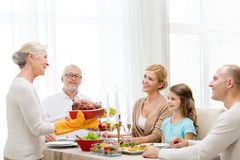 Família de sorriso que tem o jantar do feriado em casa Foto de Stock