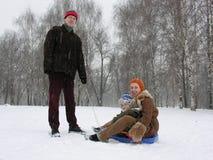Família de três com trenó. inverno Fotografia de Stock