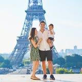 Família de três feliz em Paris, França Foto de Stock