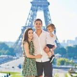 Família de três feliz em Paris, França Fotos de Stock