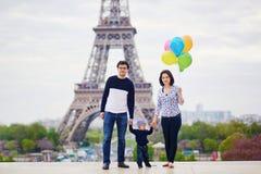 Família de três feliz em Paris perto da torre Eiffel foto de stock royalty free