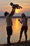 Família de três feliz na praia Imagens de Stock Royalty Free