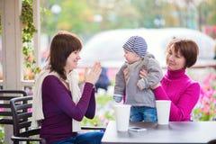 Família de três gerações em um café Fotos de Stock