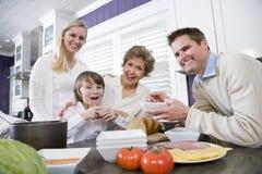 Família de três gerações na cozinha que come o almoço Foto de Stock