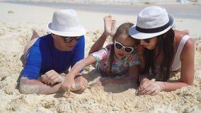 Família de três nova na areia em férias da praia vídeos de arquivo