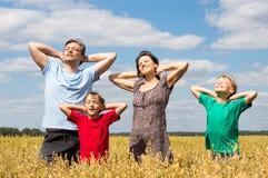 Família de uns quatro no campo foto de stock