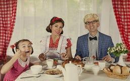 A família denominada retro tem o café da manhã Fotos de Stock Royalty Free