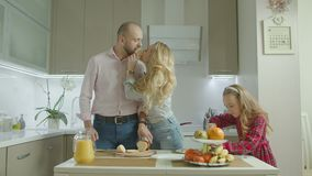 Família despreocupada que prepara o café da manhã na cozinha filme