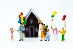 Família diminuta: O balão de jogo das crianças junto Uso da imagem para o dia internacional do fundo do conceito de famílias imagem de stock royalty free