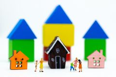 Família diminuta: O balão de jogo das crianças junto Uso da imagem para o dia internacional do fundo do conceito de famílias fotos de stock royalty free