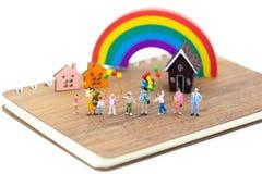 Família diminuta: O balão de jogo das crianças junto Uso da imagem para o dia internacional do fundo do conceito de famílias imagem de stock