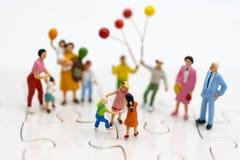 Família diminuta: O balão de jogo das crianças junto Uso da imagem para o dia internacional do fundo do conceito de famílias fotografia de stock royalty free