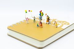 Família diminuta: O balão de jogo das crianças junto Uso da imagem para o dia internacional do fundo do conceito de famílias fotos de stock