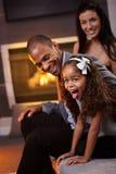 Família diversa feliz que tem o divertimento em casa Imagem de Stock