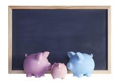 Família do banco Piggy na frente do quadro-negro Fotos de Stock Royalty Free
