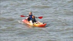 Família do barco da canoa do caiaque do enfileiramento da prática do treinamento vídeos de arquivo
