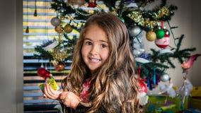 Família do boneco de neve que começ a árvore de Natal fotos de stock