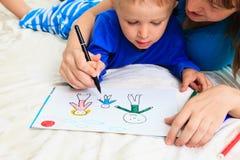 Família do desenho da mãe e do filho Imagens de Stock Royalty Free