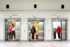Família do inverno do outono do verão em portas do elevador fotos de stock