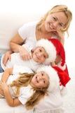 Família do Natal que relaxa no sofá fotografia de stock royalty free