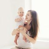 Família do retrato em casa, mãe e bebê novos felizes Fotografia de Stock