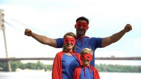 Família do super-herói que tem o ar livre do divertimento, centro de entretenimento, partido de b-dia do traje imagem de stock royalty free