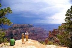 Família do turista na borda norte da garganta grande Fotos de Stock