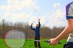 Família - dois rapazes pequenos que jogam o badminton Imagem de Stock Royalty Free