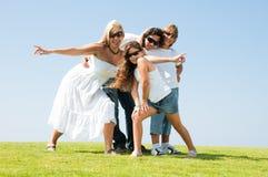 Família dos óculos de sol na ação Fotografia de Stock Royalty Free