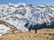Família dos caminhantes nas montanhas Foto de Stock Royalty Free