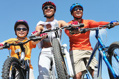 Família dos ciclistas Fotografia de Stock Royalty Free