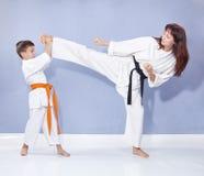 A família dos esportes está treinando o pé do pontapé Imagem de Stock Royalty Free