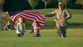 Família dos EUA com os fundos que vêm acima, vista dianteira vídeos de arquivo