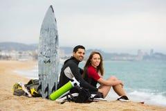 Família dos surfistas na praia Imagem de Stock Royalty Free