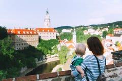 Família dos turistas em Cesky Krumlov, República Checa, Europa Fotografia de Stock