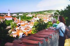Família dos turistas em Cesky Krumlov, República Checa, Europa Imagem de Stock Royalty Free