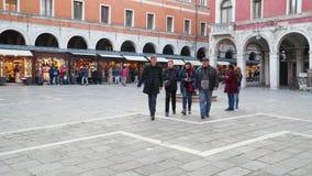 Família dos turistas no quadrado perto da igreja de San Giacomo di Rialto video estoque