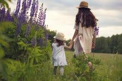 família durante férias de verão na clareira de madeira Fotos de Stock