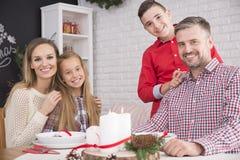Família durante a Noite de Natal foto de stock