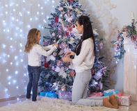 Família e árvore de Natal felizes Fotografia de Stock Royalty Free