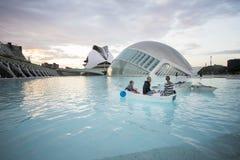 Família e barco dentro da cidade das artes e das ciências fotos de stock