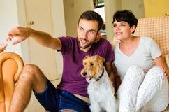 Família e cão pequenos Imagens de Stock