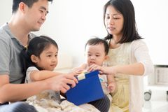 Família e caixa de presente asiáticas imagens de stock royalty free