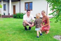 Família e casa felizes Imagem de Stock Royalty Free