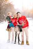 Família e cervos bonitos Tendo a floresta nevado do divertimento imagem de stock royalty free