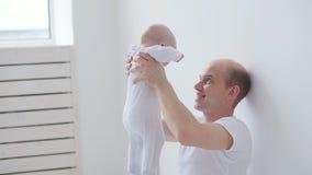Família e conceito das crianças O pai novo feliz guarda sua filha recém-nascida video estoque