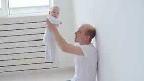 Família e conceito das crianças O pai novo feliz guarda sua filha recém-nascida filme